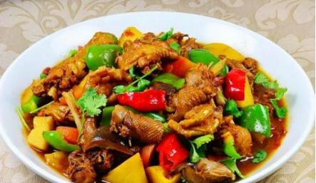 新疆美食大盘鸡配配葡萄酒