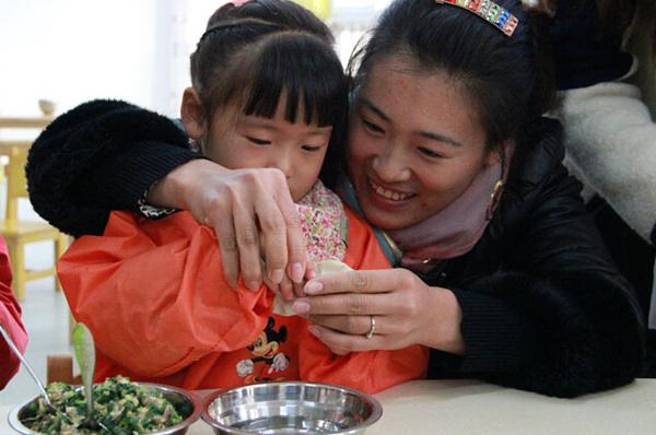 小朋友一起和爸爸妈妈包饺子