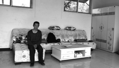 交完彩礼钱,牛志忠简直腰缠万贯,家里的沙发、茶几、衣柜都是凌光芒买的。京华时报记者张恒摄