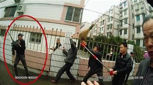 民警与群众携手抓捕行凶男子(红圈中男子) 温岭公安供图