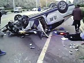 被告抢夺方向盘致法院警车翻车 车上4人受伤