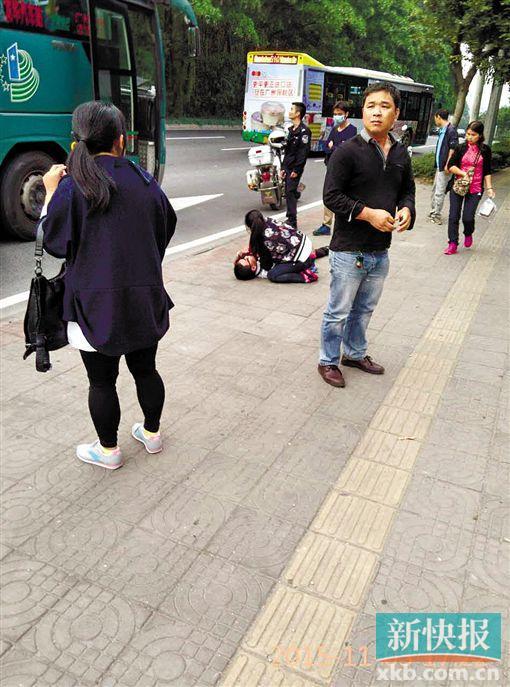 伤者田老师被扶下车后,躺在地上期待营救。