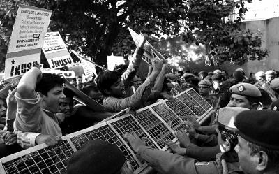 2015年12月7日,强奸案发生后,示威者在德里警察总部外抗议。