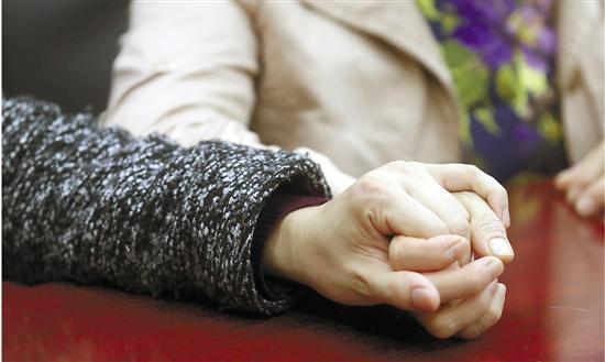 这对母子的相逢,充溢着无法、心伤和传奇