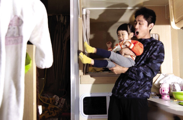 朱春燮和女儿小恩在房车中游玩。 潇湘晨报 图