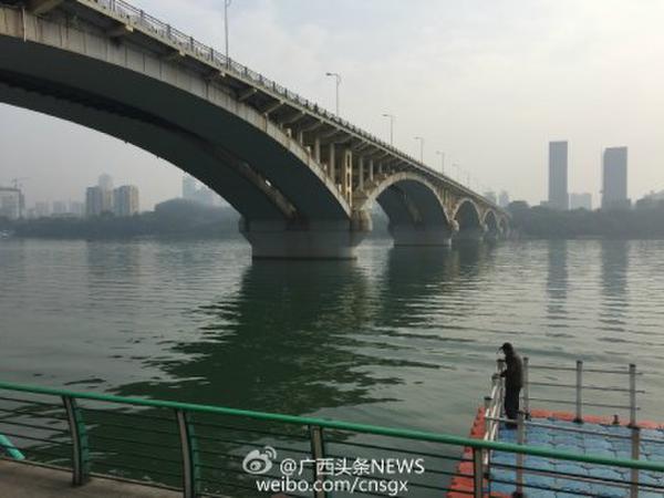 据@新华视点 消息,记者从广西柳州市公安部门获悉,11月4日21时47分左右,柳州市委副书记、市长肖文荪落入柳江河中。经搜救打捞上岸后,送柳州市人民医院抢救无效死亡。死亡原因正在调查中。