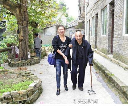 女孩扶起跌倒老人后照料4年 老人是抗战老兵