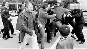 黑衣保安参加群殴。