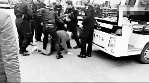 女子被打垮在地。