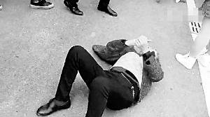 一名白叟躺在地上。视频截图