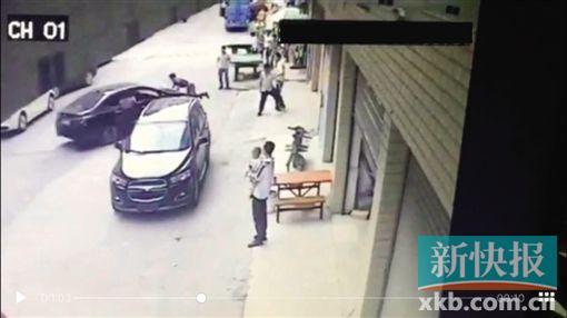 视频截图显现,阿辉被自己开车撞飞。