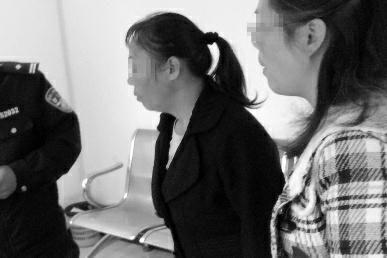 """出生40多天的婴儿长时间昏睡不醒,西安市民蒋女士怀疑是新来的育儿嫂给孩子喂药。育儿嫂潘女士则称,如果雇主怀疑她给婴儿喂了药,可以到医院检查。""""现在什么证据都没有,一家人还把我打伤了,实在是委屈。"""""""