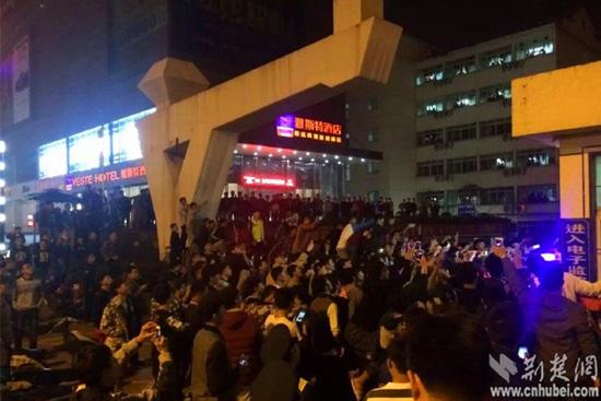 小偷在武汉体院多次行窃 被抓后遭百名学生围观