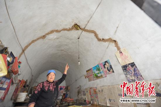 白家沟村乡民窑洞因采煤沉陷而招致屋顶裂痕。本报记者 胡志中/摄