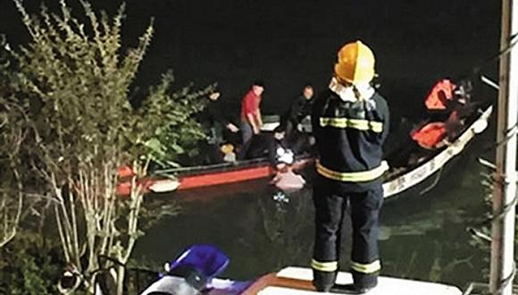 肖文荪失事江段,救火员参加营救事情。图像来历:收集