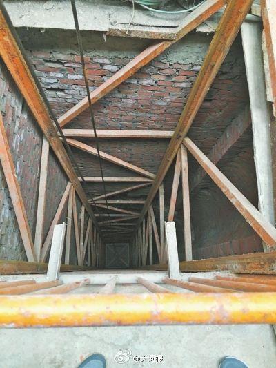 河南村民打井发现溶洞 如地下宫殿(图)