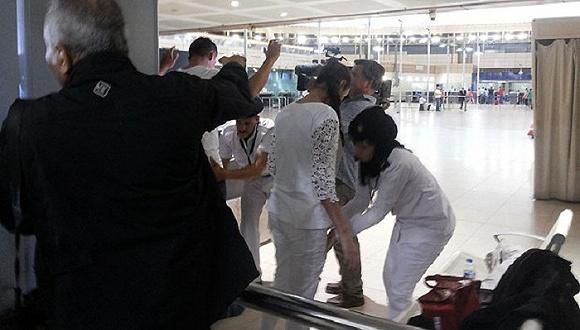 俄罗斯游客在沙姆沙伊赫机场接受安检。图片来源:《每日电讯报》