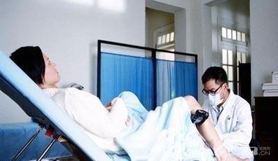 给女人的男医生图_正在用仪器给女孩做检查的男医生图片图片素