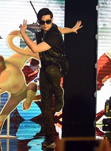 搜狐娱乐讯(上海站 马蓉玲/图文)11月6日,《功夫熊猫3》在上海举行音乐主题发布会, 梦工场动画ceo杰弗瑞-卡森伯格(jeffrey katzenberg)现场宣布,   周杰伦   继配音片中金猴角色后,将携16岁爱徒派伟俊为《功夫熊猫3》创作并演唱