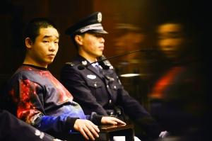 北京晨报讯(记者 黄晓宇)只因在上路行驶时起了纠葛,两个小伙相互对骂拉扯,此中一人竟从车上拿出一把刀将自己砍伤。因涉嫌成心伤害罪,王某今天在海淀法院受审(见图)。