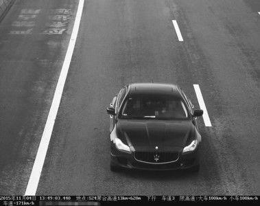 小伙未满练习期,驾御暂时派司的玛莎拉蒂在快速公路上一路狂飙,速率到达171千米/小时,超速70%以上,认为临牌能够回避电子监控,没想到仍是被快速交警抓个正着,司机林某面对驾照被撤消的处分。