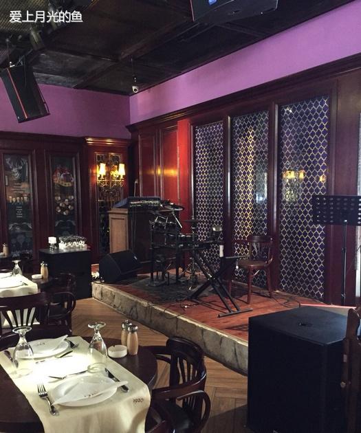 美食 正文              欧式风格装修,庄重的胡桃木桌椅配上出挑的