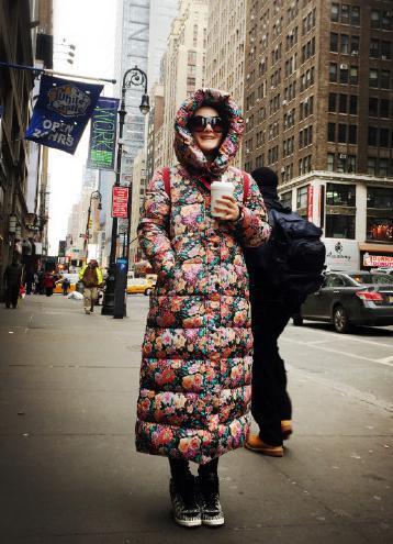 谢娜的大花棉袄羽绒服,站在的国外街头,把东北时尚界的碎花袄潮流