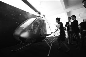 昨天,展出的轻型直升机吸引不少人的视线