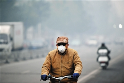 昨日,一位沈阳市民骑行在街头。当日,沈阳遭遇严重雾霾天气。新华社记者 姚剑锋 摄