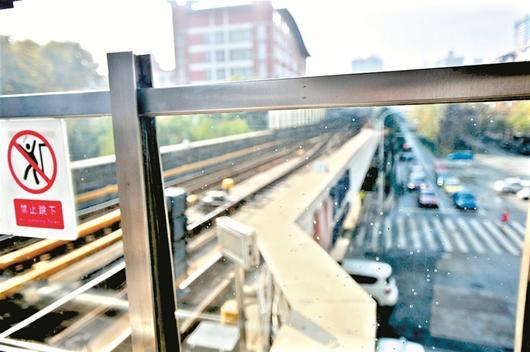 武汉轻轨站玻璃有气泡 地铁方称没有安全隐患