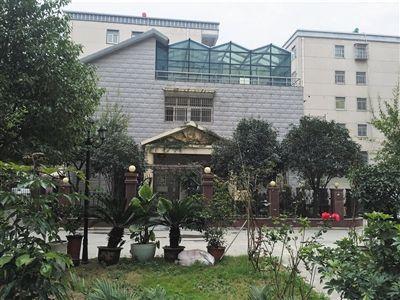 石二群专门在乐龙小区中央,给自己建了一幢两层的别墅。新京报记者 张维 摄