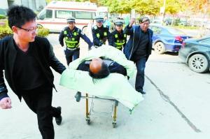 交警护送,患者快速抵达医院。首席记者 裴强摄