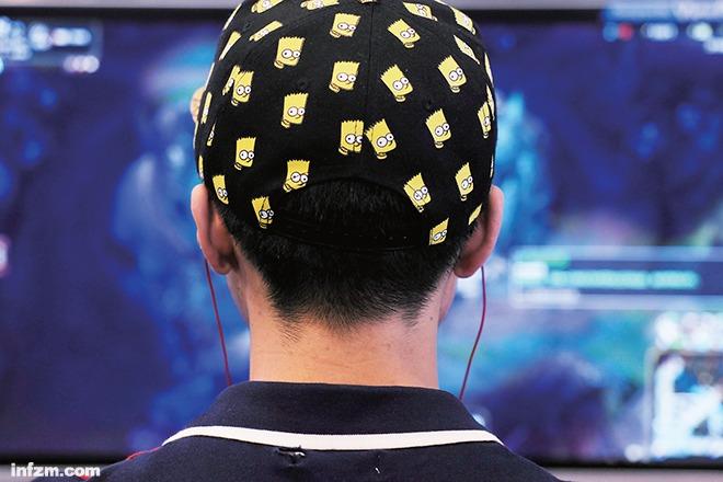 2015年南京软件产业博览会上体验电脑网络游戏的年轻人。越来越多的人沉迷于网络游戏构建的虚拟世界中。 (安心/图)