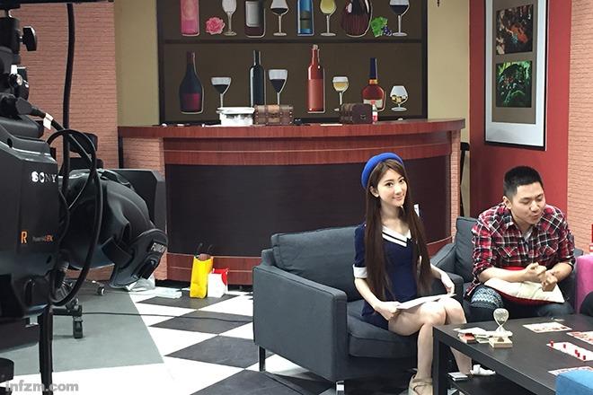 mini在录制公司的节目《撕B演义》。 (刘志毅/图)