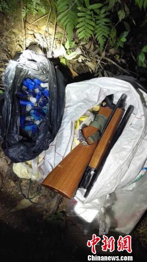 图为民警缉获的霰弹枪。 陈定忠 摄