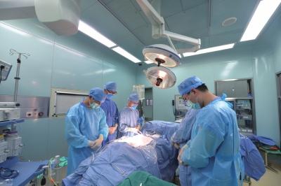 医生在手术室内为雅婷默哀。京华时报记者赵思衡摄