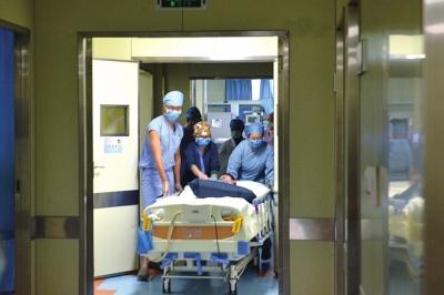 雅婷从ICU被推进手术室。