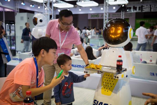 """据工业4.0的描述,未来的智能工厂中,""""机器人""""成为不能缺少的环节。 寇聪 澎湃资料图"""