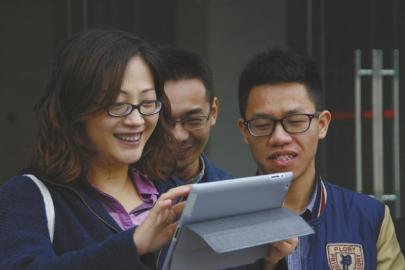 六年来,张晓玫教师(左)保持请门生吃午餐。