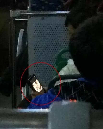 男子公交车上外放黄片 边看边瞅后座女乘客(图)