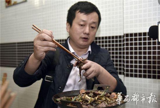 """食客餐馆吃饭吃出虫蛹狂吐 服务员称""""就算是蛆也无害"""""""