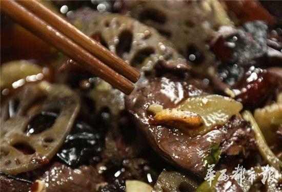 潘先生用筷子将虫蛹挑到桌上,准备找老板讨要说法。而潘先生的朋友看到这一幕后,捂住嘴巴,跑到饭店的洗手间吐个不停。