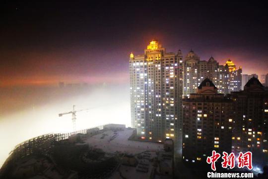 10日,一场突如其来的大雾入侵了位于中国北部的哈尔滨市。图为大雾中的居民区。 王岩 摄
