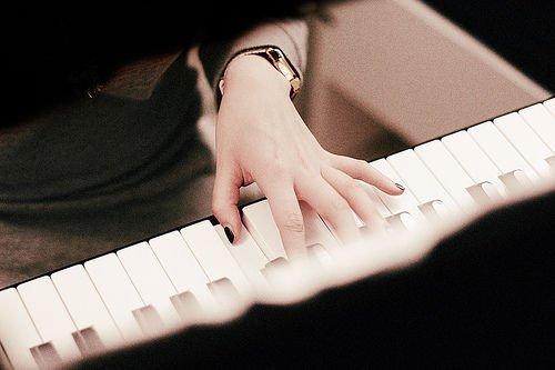 唯美图片 经典黑白钢琴图片分享给你,一起聆听钢