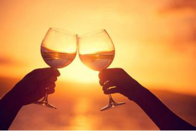 美食 正文  如今在餐桌上,碰杯已经成为一种饮酒礼仪,不管是白酒,啤酒