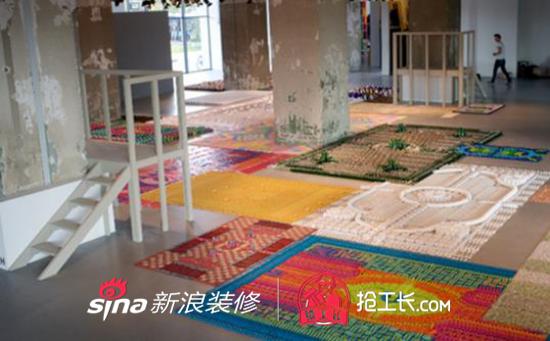 一组「地毯」。由MarciaNolte,StijnvanderVleuten和BobWaardenburg组成的团队用平时常用的材料,精心地製作成传统的地毯图案。他们所用的大部分材料都是用完即弃的,像塑胶餐具,鸡尾酒雨伞、火柴、订书钉等等,还有其他的很多材料。他们细心地构建矩形的地毯形状,然后用材料和染料製作地毯。 这古典优雅的地毯是由迴纹针组成的。