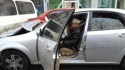 2014年12月26日,金复活连撞多人后,坐在他驾御的别克车内。