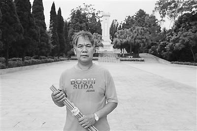 老兵放弃大城市生活 为近千烈士墓守陵35年