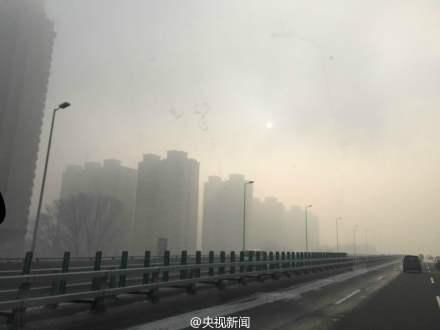 人民网北京11月11日电据中央电视台新闻中心微博消息,今天,哈尔滨有持续能见度低于500米的雾,并伴重度霾;主城区局地能见度低于200米。哈尔滨市教育局紧急通知,要求学校根据区域内天气自行决定是否停课,若学生已到校,要停止一切户外教育教学活动。黑龙江省内多条高速关闭,航班大面积延误。