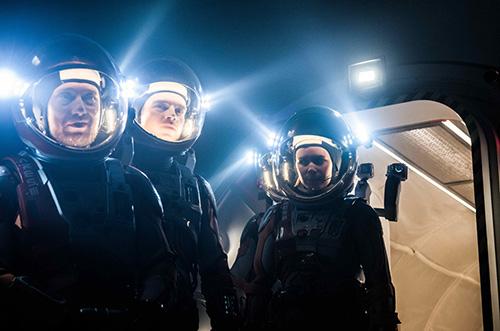 风暴来临前宇航员小组出舱勘察